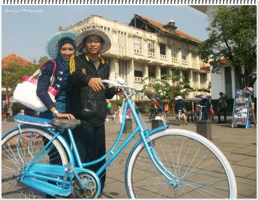 bersepeda di kawansan taman Fatahillah